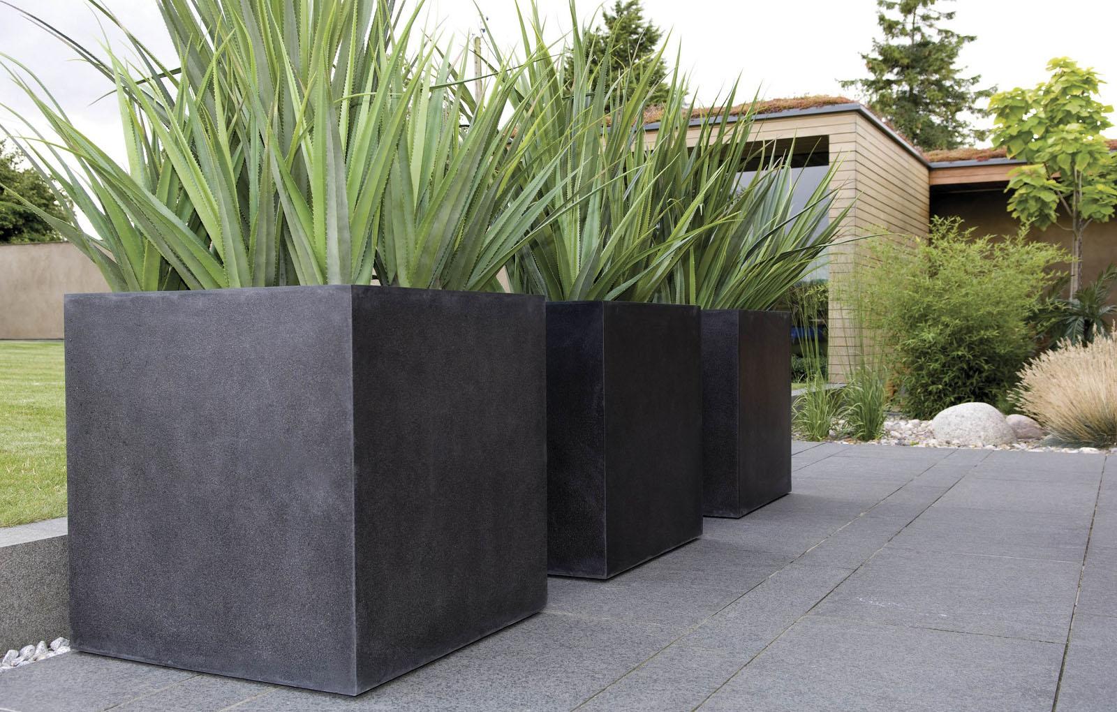 Уличные вазоны для цветов, выполненные из бетона, пользуются высоким спросом. Это объясняется их приятным внешним видом, разнообразием дизайна, стойкостью к атмосферным осадкам.