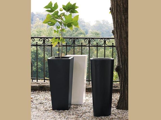 Каждый из продуктов является абсолютно уникальным и единственным в своем роде. Во-первых потому, что это 100% handmade, а во-вторых потому, что в процессе производства структура заливки бетона окрашивания могут отличаться как в пределах одной коллекции, так и на сторонах отдельно взятого кашпо.