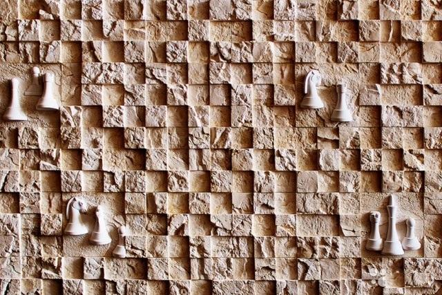 Еще одна интересная новинка – это мини декоры «ШАХМАТЫ». Они выполнены в виде настоящих шахматных фигур из камня. Мини декоры прекрасно вписываются в стеновую кладку из каменной мозаики.