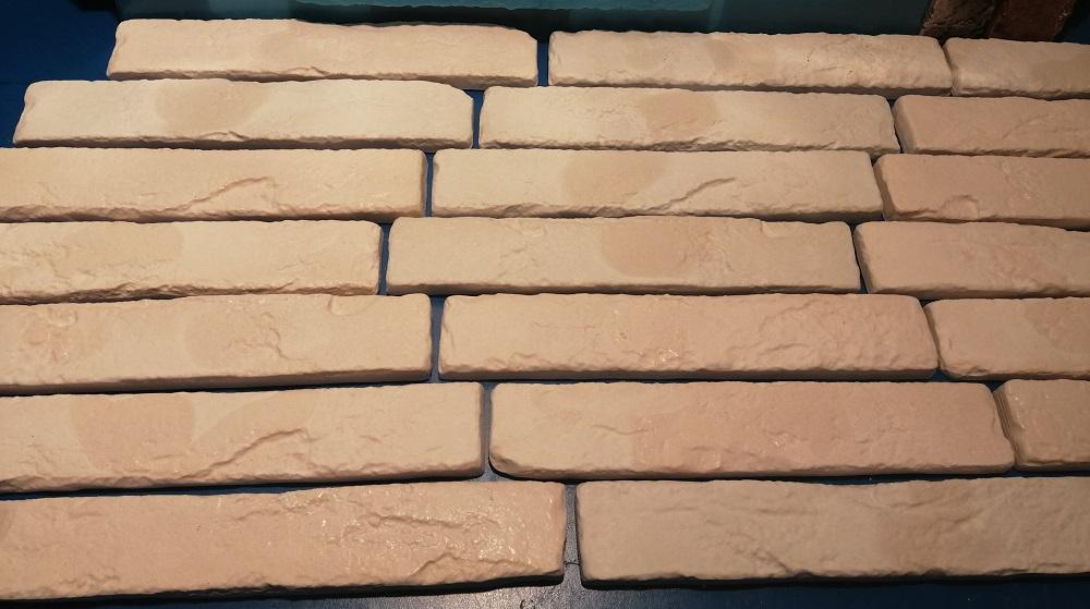 Плитка изготавливаетсяиз гипса, не имеет запаха, не токсична, не выделяет в атмосферу ни каких вредных веществ