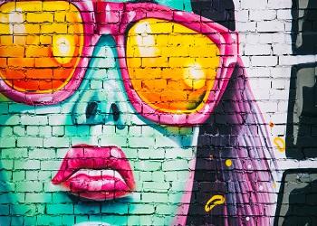 Замысловатые надписи на стенах домов, яркие рисунки, необычные орнаменты и узоры — все это граффити. В настоящее время это одно из самых свободных и скандальных искусств в мире.
